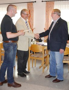 M. Schumann und M. Berkowski gratulieren dem neuen Ehrenvorsitzendem Reinhard Sprung.