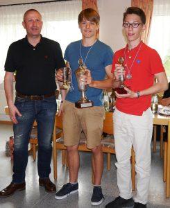 M. Schumann gratuliert dem Kindervereinsmeister Lasse Gürlich und dem Jugendvereinsmeister Simon Baar.
